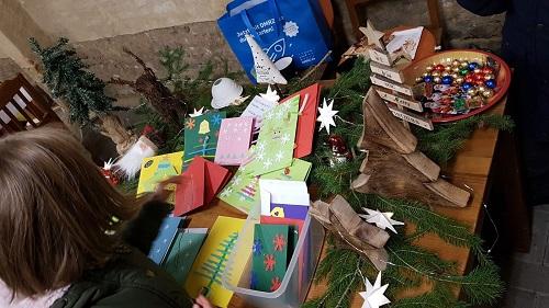 Selbst gebastelte Weihnachtskarten wurden von den Kindern verkauft.