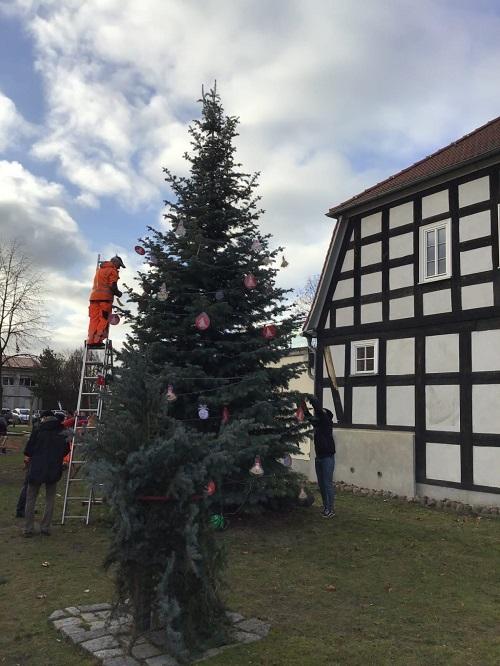 Gemeindearbeiter und Kita schmückten den Baum Hand in Hand.